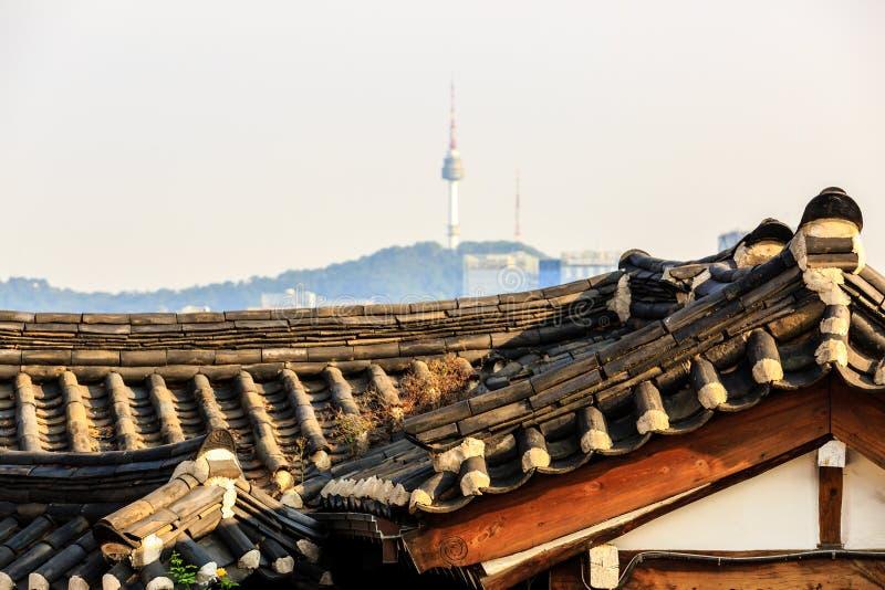 Sikt av det Namsan tornet fr?n den Bukchon Hanok byn, Seoul, Sydkorea arkivbild