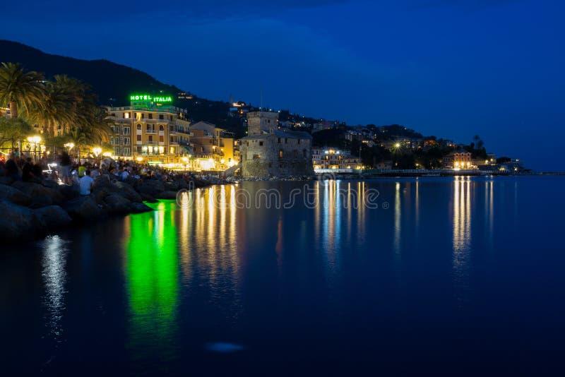Sikt av det Rapallo, Genoa Genova landskapet och slotten p? havet vid natt, Italien royaltyfria foton