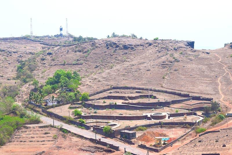 Sikt av det Ratnadurg fortet och fyren, Ratnagiri, Maharashtra, Indien royaltyfri fotografi