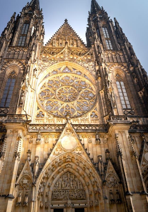 Sikt av det rosa fönstret i Sten Vitus Cathedral, i Prague royaltyfria bilder