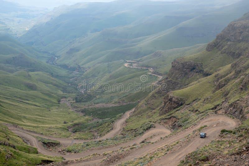 Sikt av det Sani passerandet, lantlig v?g f?r smuts fast bergen som f?rbinder Sydafrika och Lesotho royaltyfri foto