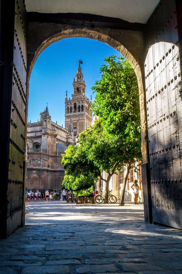 Sikt av det Sevilla domkyrkatornet från Alcazarslotten royaltyfri bild
