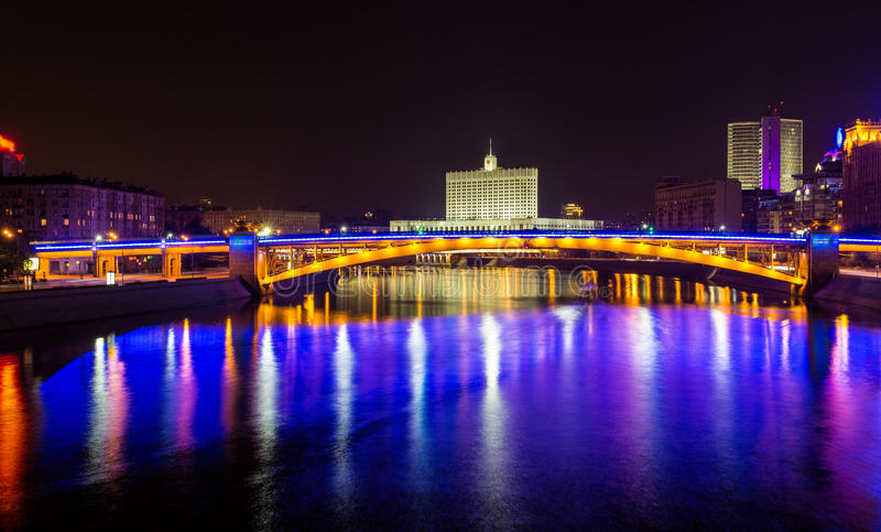 Sikt av det Smolensky metrobridge och Vita Huset i Moskva royaltyfria foton