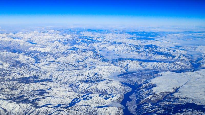 Sikt av det snöig Stillahavs- nordvästligt från luften royaltyfria bilder