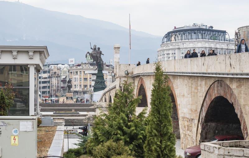 Sikt av det stenbro- och Skopje centret arkivfoton