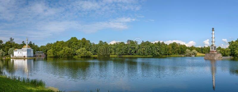 Sikt av det stora dammet i Catherine Park, Ryssland arkivbild