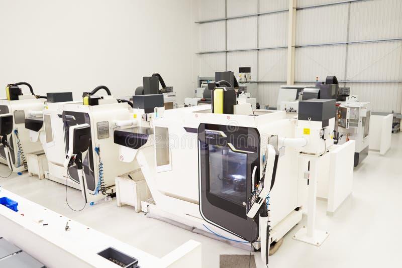 Sikt av det tomma teknikseminariet med CNC-maskiner arkivfoton