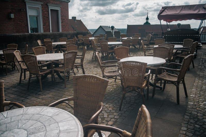 Sikt av det tomma utomhus- kafét i dåliga Bentheim arkivfoto