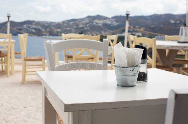 Sikt av det tomma utomhus- kafét i Kreta, Grekland royaltyfria bilder