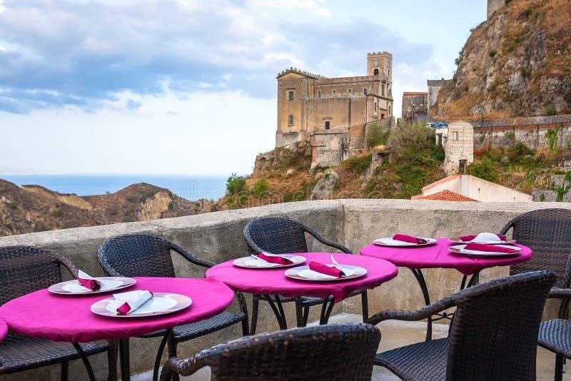 Sikt av det tomma utomhus- kafét i Sicilien, Italien royaltyfri fotografi