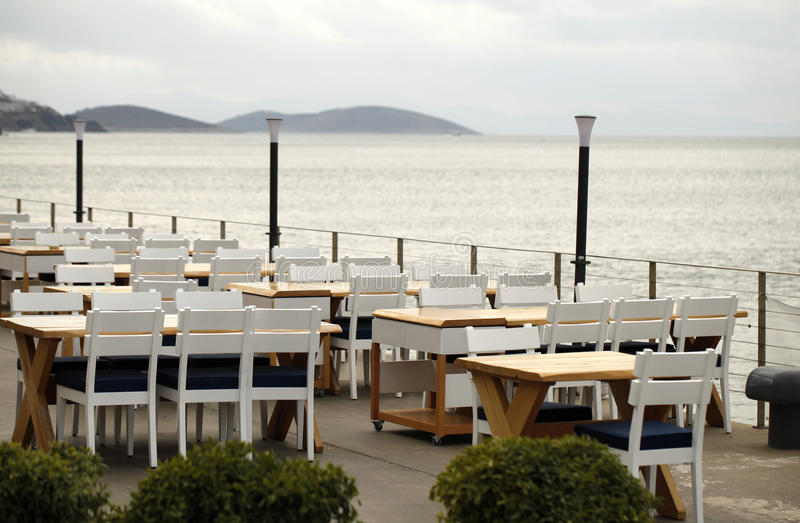 Sikt av det tomma utomhus- kafét/restaurangen med havssikt i Bodrum, Tu fotografering för bildbyråer