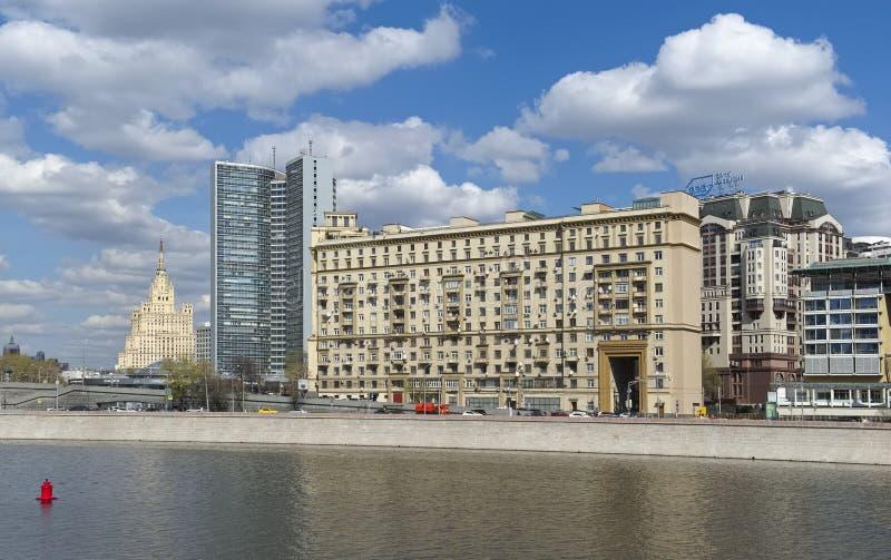 Sikt av detvåning huset av Stalinist arkitektur, Moskva, cityscape royaltyfri fotografi
