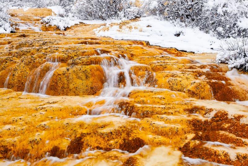 Sikt av djupfrysta vattenfall i vinter på Huanglong fotografering för bildbyråer
