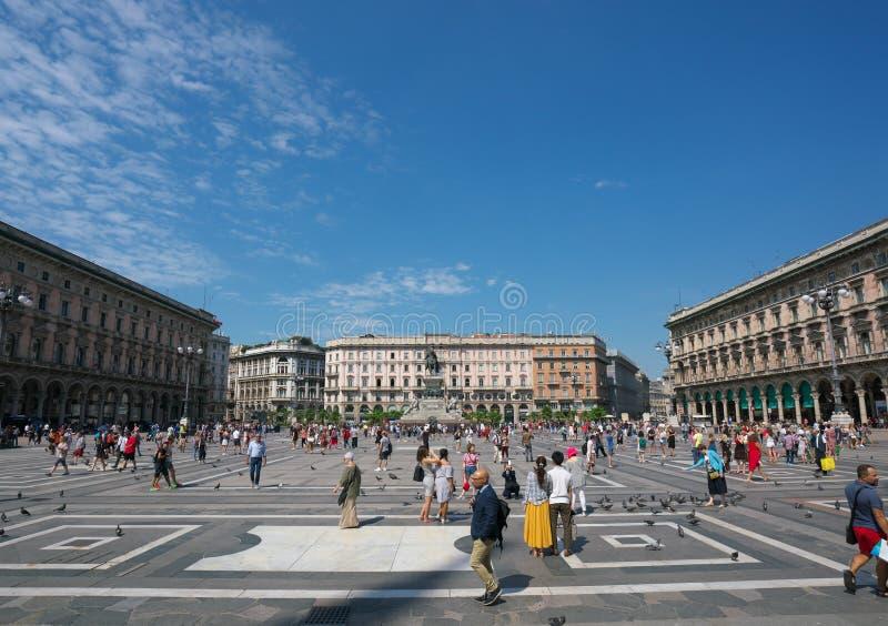 Sikt av domkyrkafyrkanten eller Piazza del Duomo från Milan Cathedral eller Duomodi Milano arkivbilder
