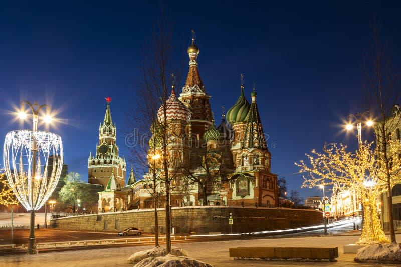 Sikt av domkyrkan för St-basilika` s på installationer för röd fyrkant och för nytt år i vinteraftonen, Moskva arkivbild