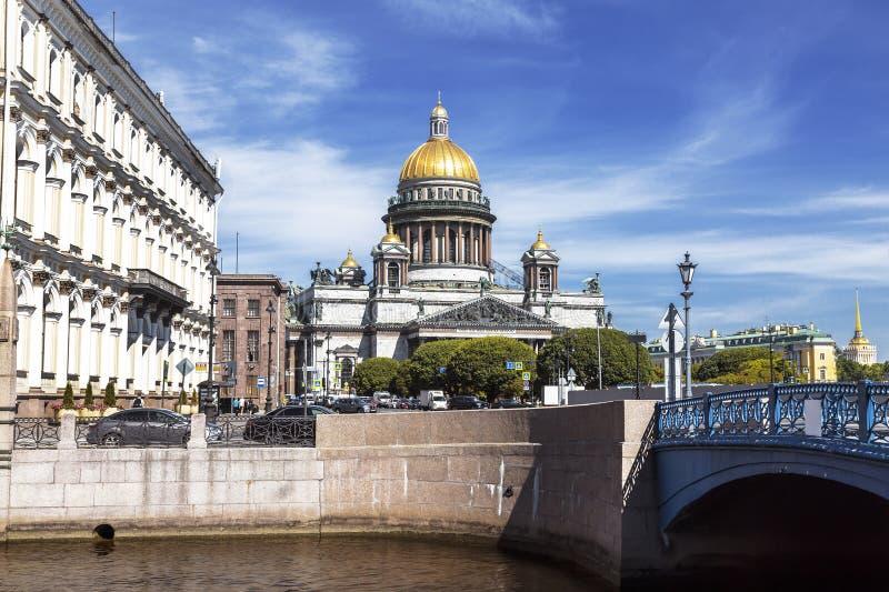 Sikt av domkyrkan för St Isaacs från den Moika flodinvallningen på den blåa bron St Petersburg, royaltyfri fotografi