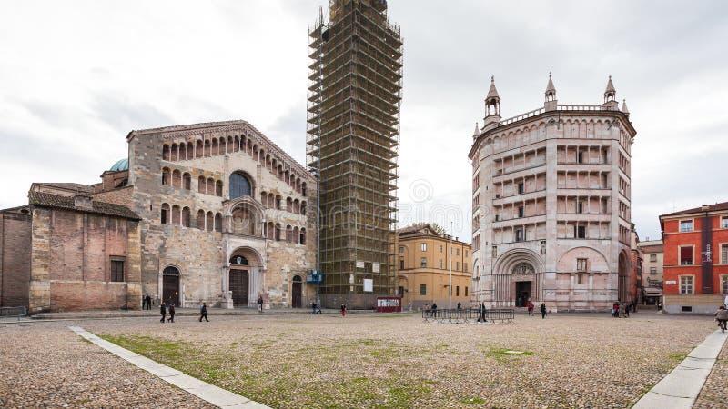 Sikt av domkyrkan och baptisteryen i den Parma staden arkivfoto