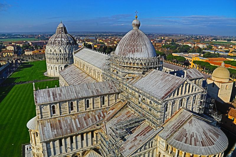 Sikt av domkyrkan av Pisa uppifrån av det berömda lutande tornet royaltyfria bilder