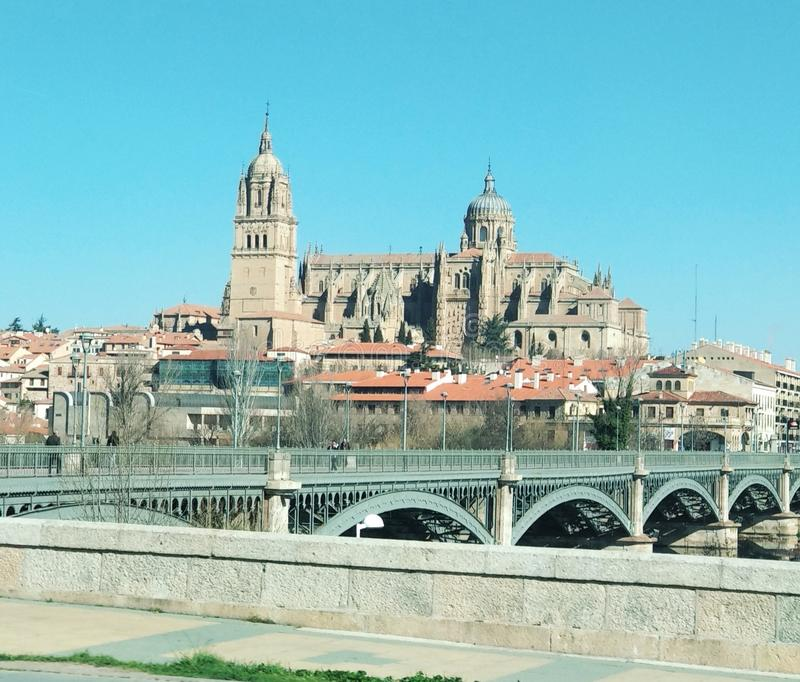 Sikt av domkyrkan av Salamanca från bilen, Spanien royaltyfri fotografi