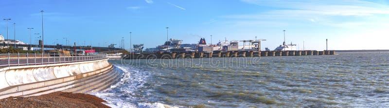 Sikt av Dover färjaport från sjösidan fotografering för bildbyråer