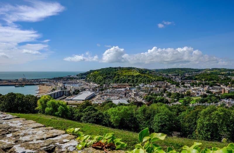 Sikt av Dover och hamnen från slotten upp höjdpunkt arkivbilder