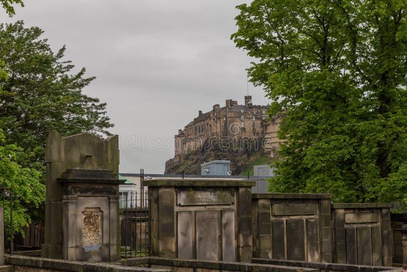 Sikt av Edinburgslotten från Greyfriars Kirkyard och kyrkogård arkivfoto