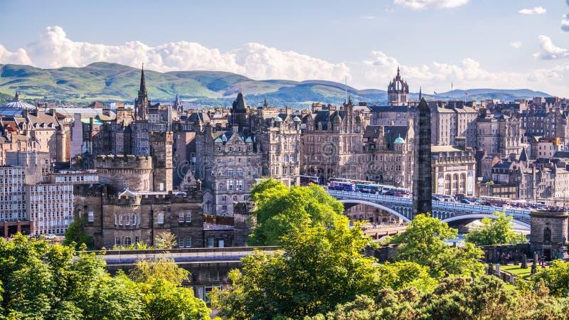 Sikt av Edinburgstaden på den Calton kullen, Skottland arkivbilder