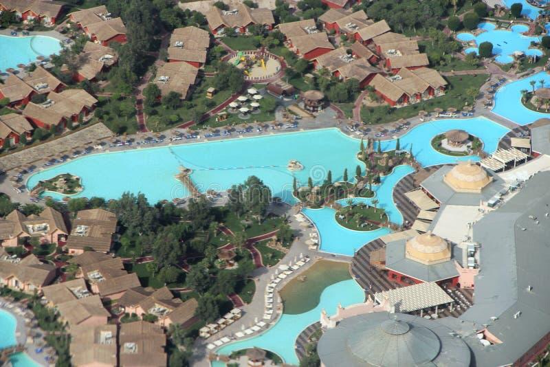 Sikt av egyptiska semesterorter med simbassänger från nivån tillgriper tropiskt arkivfoto