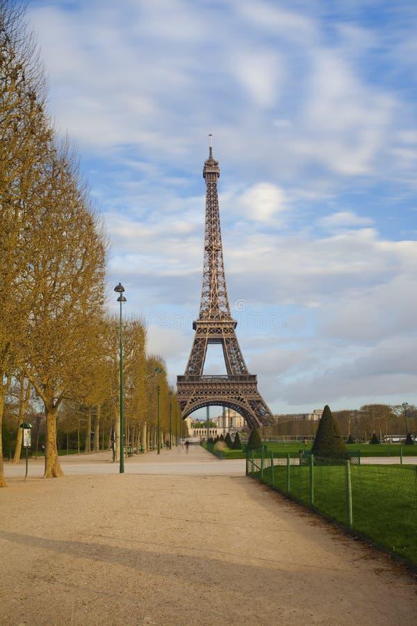 Sikt av Eiffeltorn från Champ de Mars efter soluppgång royaltyfri bild