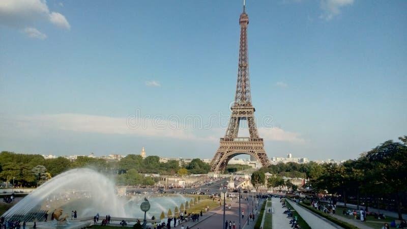 Sikt av Eiffeltorn från Jardins du Trocadero i Paris, Frankrike fotografering för bildbyråer