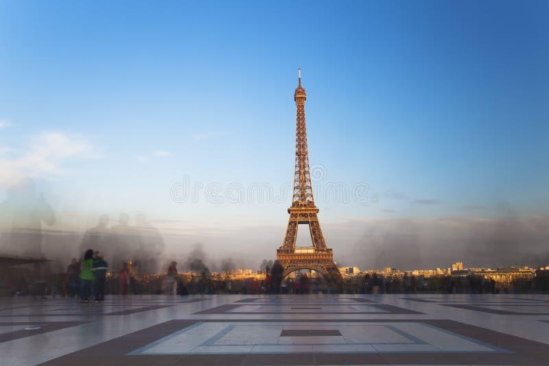 Sikt av Eiffeltorn från Trocadero på solnedgången i Paris royaltyfri fotografi
