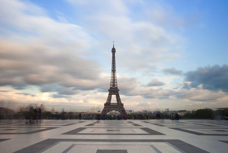 Sikt av Eiffeltorn med dramatisk himmel från Trocadero i Paris royaltyfria bilder