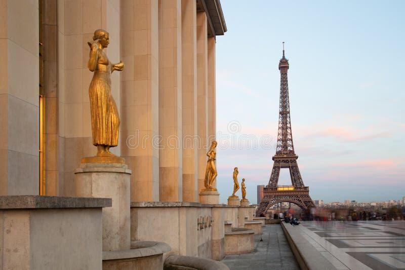 Sikt av Eiffeltorn med skulpturer på Trocadero i Paris arkivfoto