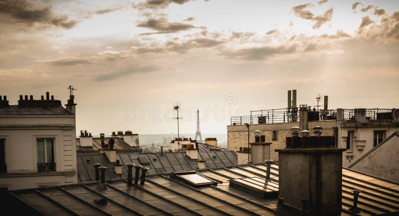 Sikt av Eiffeltorn ovanför taken av Paris royaltyfri bild