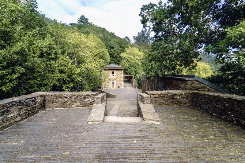 Sikt av en återställd stenbyggnad från tillfartsvägen till 10na royaltyfri foto