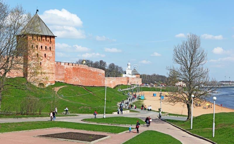 Sikt av en av de mest berömda dragningarna av Ryssland - den Novgorod Kreml royaltyfri bild