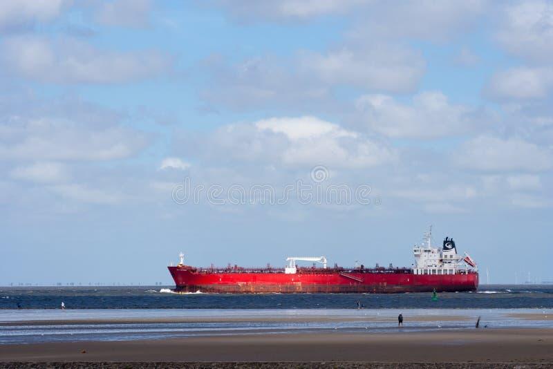 Sikt av en avlägsen röd LPG-tankfartygsegling i ett öppet hav på en klar dag royaltyfria bilder