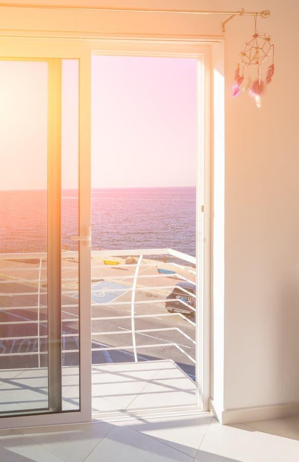 Sikt av en balkong med golvet till takfönster arkivfoton