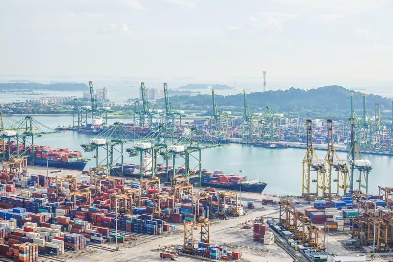 Sikt av en behållareterminal på porten av Singapore Lastfartyg som anslutas i hamn royaltyfria bilder