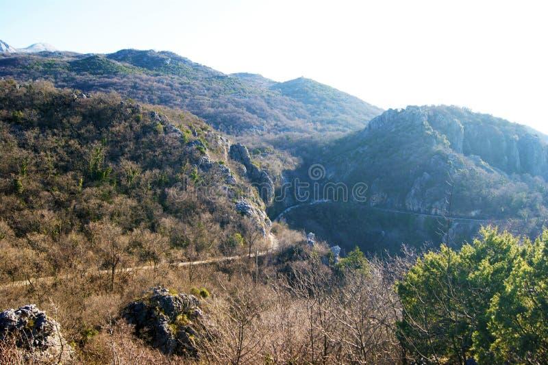 Sikt av en bergväg arkivfoto