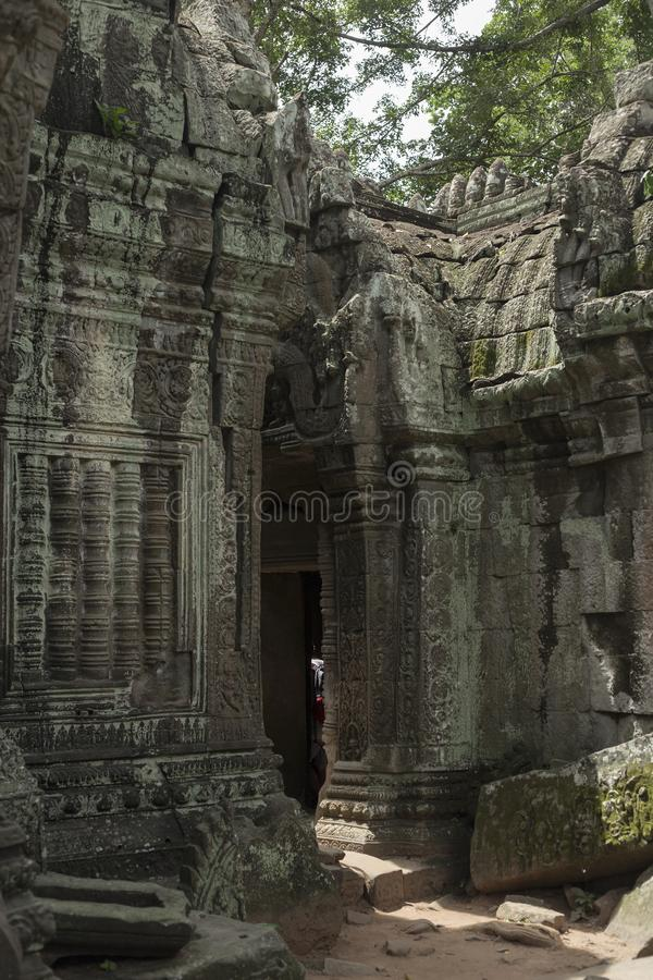 Sikt av en dörr av en korridor av templet för Ta Prohm i Angkor arkivfoton