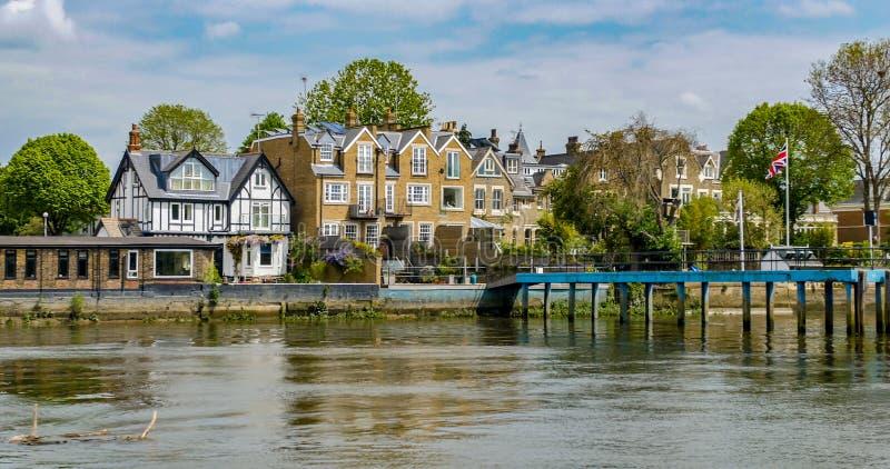 Sikt av en engelsk flodstrandby i västra London arkivfoton
