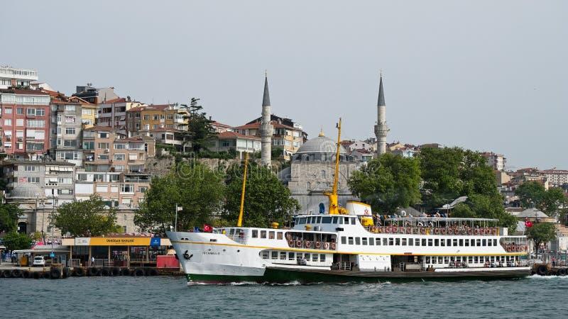 Sikt av en färja som lämnar den Uskadar färjaterminalen i Istanbul royaltyfria bilder