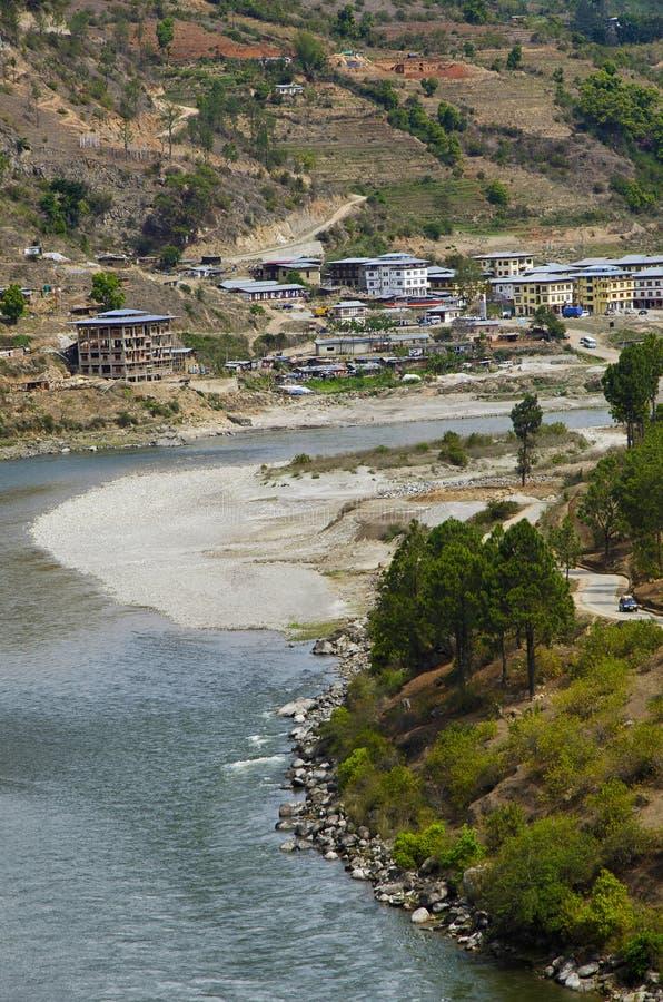 Sikt av en flod På vägen till Dzong Punakha royaltyfri foto