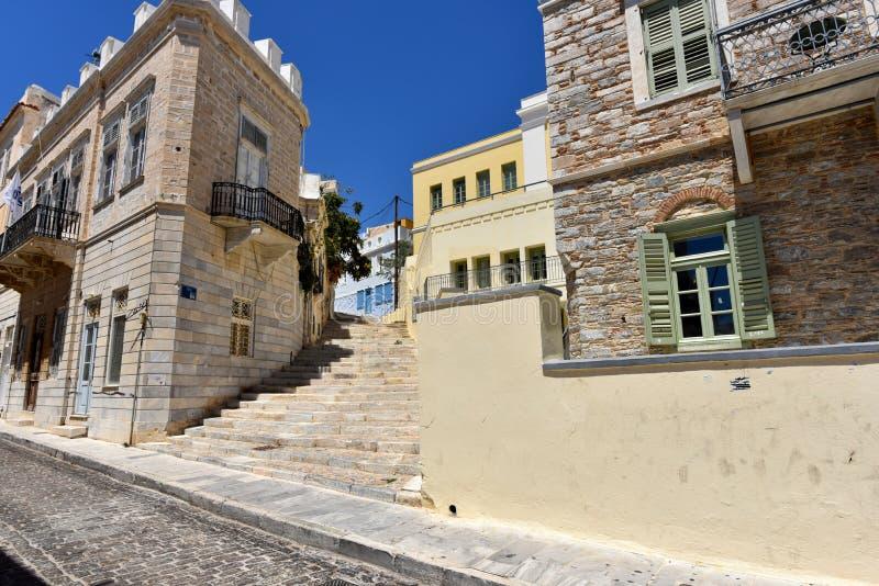 Sikt av en gata i Ermoupolis Syros, Grekland arkivfoto