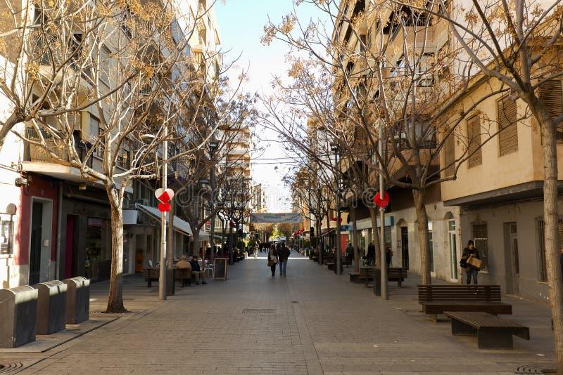 Sikt av en gata i kommunen San Vicente del Raspeig royaltyfria bilder