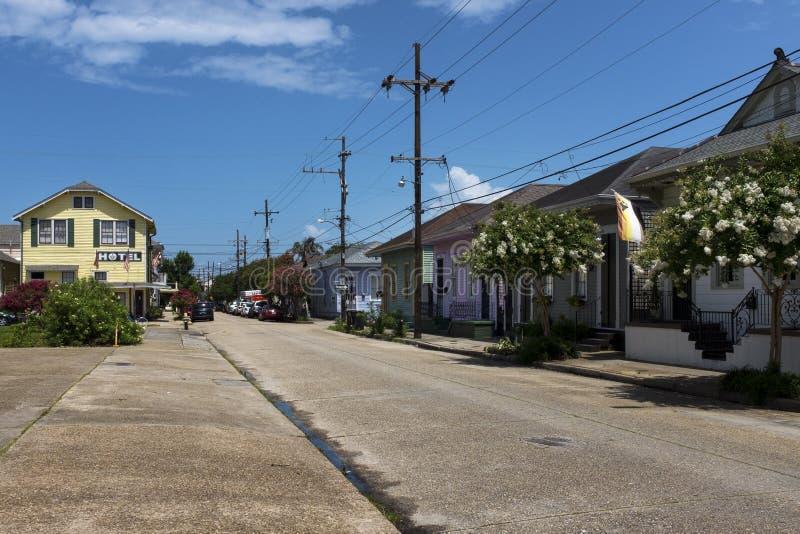 Sikt av en gata med färgrika hus i den Marigny grannskapen i staden av New Orleans, Louisiana fotografering för bildbyråer
