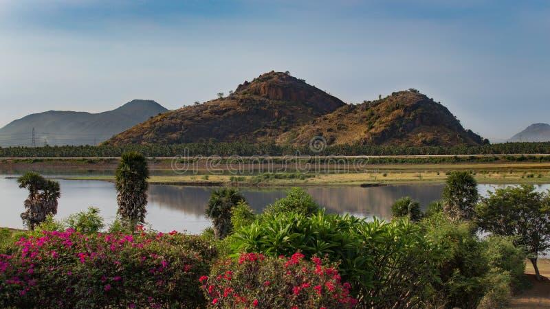 Sikt av en härlig sjö med berg i bakgrunden arkivfoton