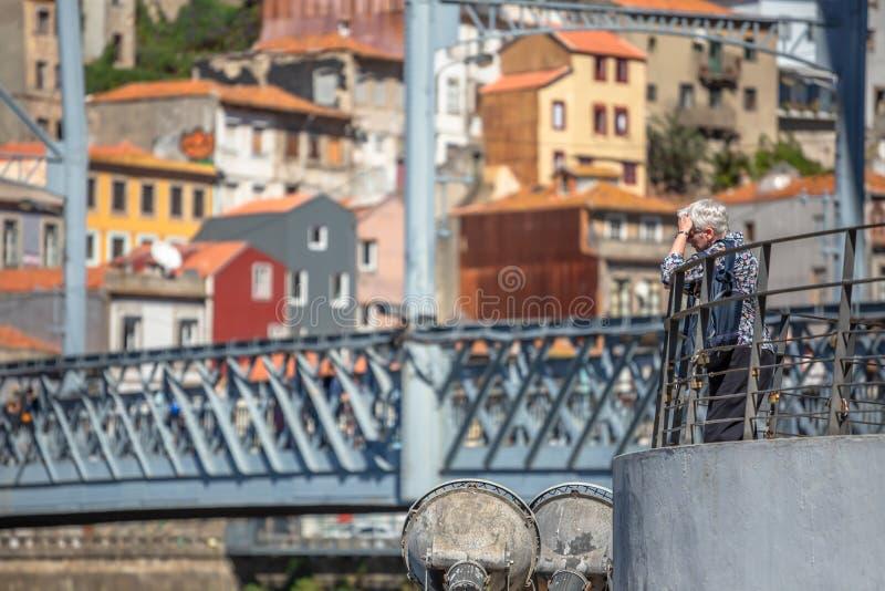 Sikt av en hög kvinna som tycker om sikten av den Douro floden, på terrass arkivbild