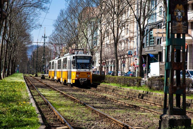 Sikt av en h?rlig Budapest gata n?stan den ber?mda antika Coog-hjul j?rnv?gen royaltyfri bild